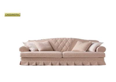 Salotto Cassandra di produzione artigianale composto da: divano 2/3/4 posti e poltrona. Anche su misura. Realizzabile su tessuti indicati dal cliente.